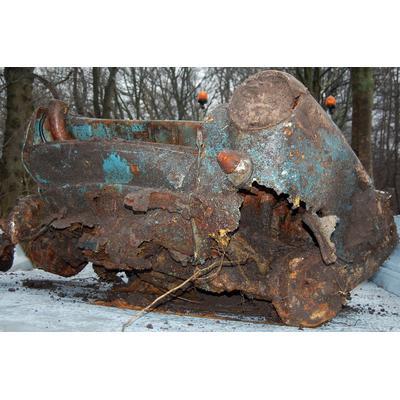 Der aus dem Moor gegrabene Wagen konnte als das blaue Unfallauto identifiziert werden