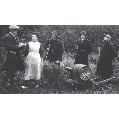 In scène gezette smokkelpoging (circa 1920). De man rechts is Bernard Overkamp, de vrouw zijn schoonzus Dina Sasse.
