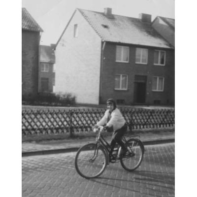 Bärbel Schmale auf dem Fahrrad in den 1960er Jahren