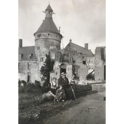 Die Kaiserliche Hoheit mit Kindern, die in den 1950er Jahren auf der Wasserburg wohnten