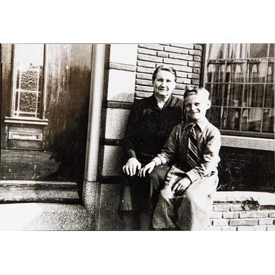 Gerhard Schröder in 1949 met pleegmoeder Annetje Stapelkamp