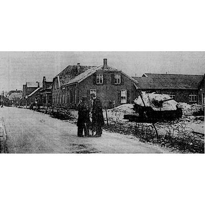 Ein zerstörter deutscher Panzer auf dem Grundstück der abgebrannten und zerstötzen Bülten-Häusern, 1945