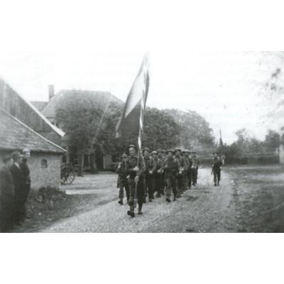"""Vermoedelijk een detachement van de """"Brabantse Grenswacht"""", bij Zwilbroek (1945)"""