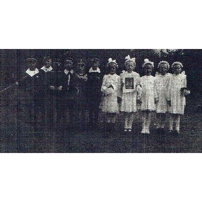 1942 fand diese Kommunionfeier im Verborgenen statt. 5. v. li: Wilhelm Kalberg